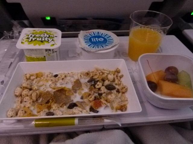 [backcolor=rgba(255, 255, 255, 0)] 在奧克蘭回洛杉磯的機上提供牛肉燴飯(紐西蘭果然很喜歡牛阿) 在客源百分之80都是白人的航班上提供飯食還滿特別的 不過像我在飛機上還是喜歡吃上熱騰騰的飯 另外冰淇淋很好吃喔~ 而第二餐維持紐航的簡單風格,直接給你一和牛奶加入穀片 還給你優格幫助消化,吃完後還是覺得好餓阿~ 全日空ANA 把全日空擺在壓軸的原因是因為他們的飛機餐是我心目中的第一名阿!